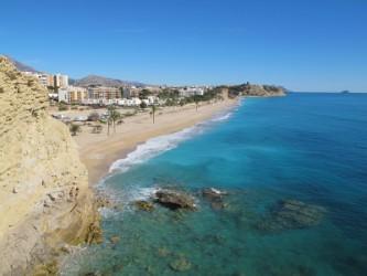 Playa del Paraíso - Playa del Paraíso - Vista panorámica desde el acantilado sur. Se observa el gran aparcamiento junto a la playa.