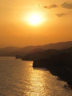 Playa del Paraíso - Playa del Paraíso - Puesta de sol hecha desde el mirador del yacimiento íbero del santuario de la Malladeta. Se puede observar al fondo la torre Guaita que se encuentra en la playa del Charco.
