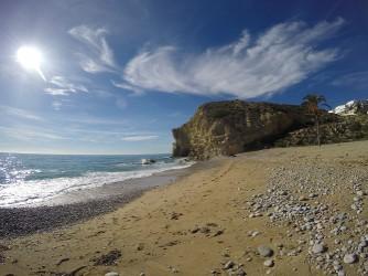 Playa del Paraíso - Playa del Paraíso - Vistas a pié de playa del acantilado sur. Arena con guijarros.