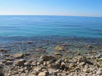 Playa Puntes del Moro - Playa Puntes del Moro - Detalle del mar con aguas cristalinas y zona de cantos rodados y bolos.