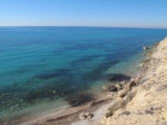 Playa Puntes del Moro - Playa Puntes del Moro - Vistas desde altura de la zona sur de la playa contigua a los acantilados. Fondo marino con rocas, arena y posidonia.