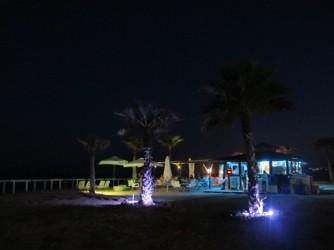 Platja Puntes del Moro - Platja Puntes del Moro - Vista nocturna del xiringuito Sunset Puntes del Moro amb colorida il·luminació.