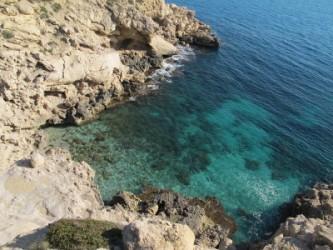 Cala Fonda - Cala Fonda - Vista desde dalt de la plataforma de roca, entrant de mar i les aigues cristal·lines.