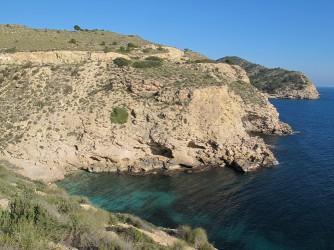 Cala Fonda - Cala Fonda - Vista panoràmica de la cala i de la costa. Cala Racó de Conill en la última punta rocosa.