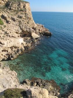 Cala Fonda - Cala Fonda - Detall del penya-segat, fons marí amb aigües cristal·lines.