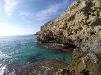 Cala Fonda - Cala Fonda - Detall del lateral dret, roques i aigües cristal·lines.