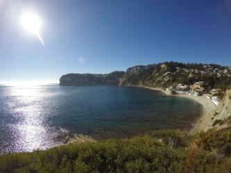Cala Barraca o Portixol - Cala Barraca o Portixol - Vista panoràmica de la cala i el Cap Negre al fons. Zona de acantilats rocosos amb bosc de pins. Aigües cristal·lines i fons marí rocós.