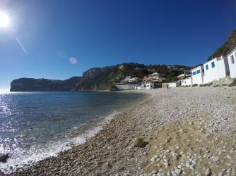 Cala Barraca o Portixol - Cala Barraca o Portixol - Vista a peu de platja cap al sud. Cases de pescadors i Cap Negre al fons.