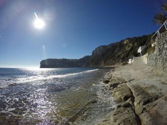 Cala Barraca o Portixol - Cala Barraca o Portixol - Zona de plataforma de roca on es troba un dels xiringuitos. Vistes del Cap Negre al fons.