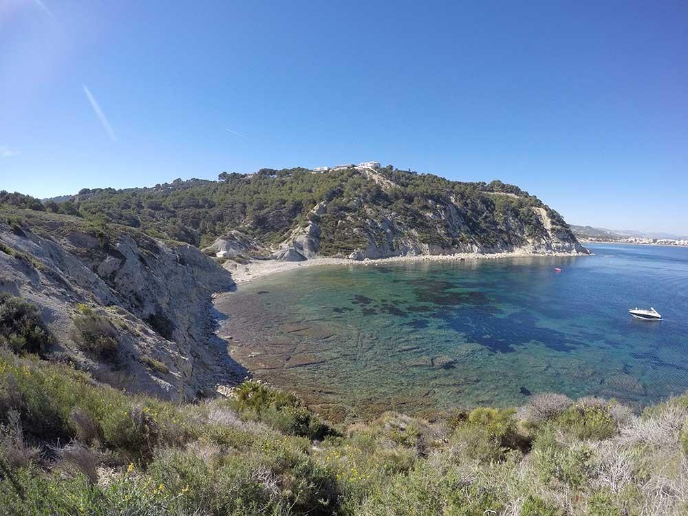 Cala Sardinera - Cala Sardinera - Vista panorámica de la cala, con aguas critalinas