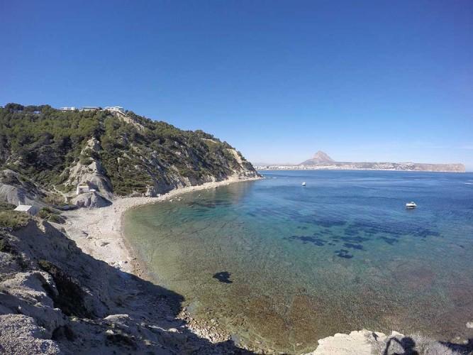 Cala Sardinera - Cala Sardinera - Vistas panorámicas de la cala con aguas cristalinas. Al fondo sierra del Montgó y cabo de Sant Antoni