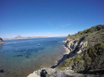 Cala Sardinera - Cala Sardinera - Vista lateral este de la cala con acantilados.