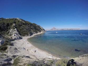 Cala Sardinera - Cala Sardinera - Vista panrámica de la cala, con sierra del Montgó y cabo de Sant Antoni al fondo.