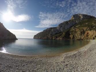 Cala Granadella - Cala Granadella - Vista panorámica, con los dos acantilados rocosos a ambos lados