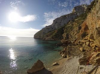 Cala Granadella - Cala Granadella - Detalle de la zona derecha de la cala con desprendimiento de rocas