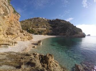 Cala Granadella - Cala Granadella - Vista de la cala desde el margen izquierdo, mirador y aguas cristalinas