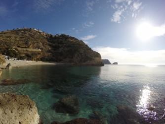Cala Granadella - Cala Granadella - Vista desde el lado izquierdo, aguas cristalinas y fondo rocoso.