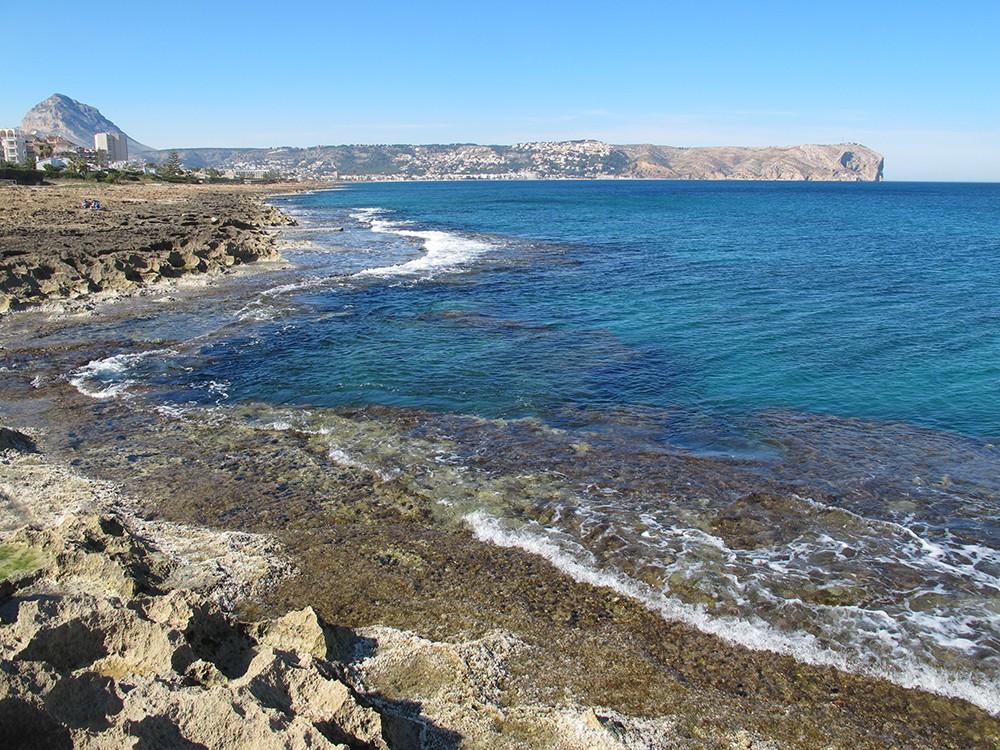 Cala Muntanyar - Cala Muntanyar - Zona rocosa i entrada al mar. Al fons observem la serra del Montgó i el Cap de Sant Antoni.