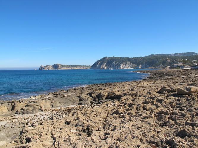 Cala Muntanyar - Cala Muntanyar - Zona rocosa amb vistes cap a la Cala Blanca. Al fons s'observa la punta del Cap Prim