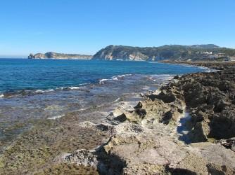 Cala Muntanyar - Cala Muntanyar - Zona rocosa i entrada al mar. Al fons s'observa la punta del Cap Prim.