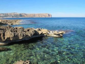 Cala del Ministre - Cala del Ministre - Zona rocosa amb aigües cristal·lines. Al fons cap de Sant Antoni.