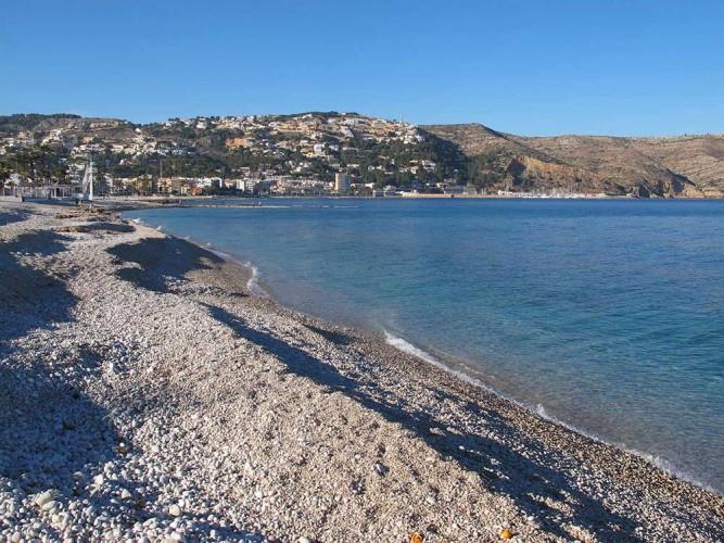 Playa Benissero o Muntanyar - Playa Benissero o Muntanyar - Zona de playa de grava. Puerto deportivo y Cabo de San Antonio al fondo.