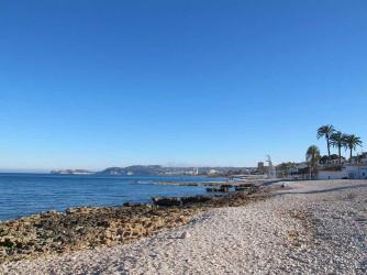 Playa Benissero o Muntanyar - Playa Benissero o Muntanyar - Zona rocosa de la playa con palmeras y vistas al Cabo Cap Prim