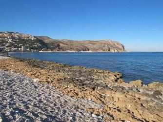 Playa Benissero o Muntanyar - Playa Benissero o Muntanyar - Zona rocosa que llega hasta la Cala del Ministro. Cabo de San Antonio al fondo.