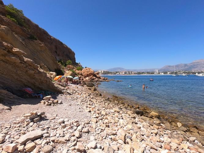 Cala del Amerador - Cala del Amerador - Zona de rocas y acceso al mar. Vistas del Albir y de la Playa del Albir al fondo.