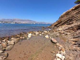 Cala del Amerador - Cala del Amerador - Zona de arena fina y roca donde se ha hecho una pequeña piscina para niños.