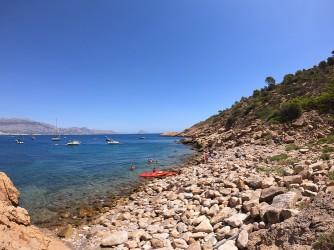 Cala de la Mina - Cala de la Mina - Entrada al mar, rocas y bolos grandes. Algunas personas llegan hasta aquí con kayak y haciendo paddle surf.
