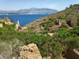Cala de la Mina - Cala de la Mina - Restos de las antiguas contrucciones vinculadas a las minas de ocre que le dan nombre a la cala.