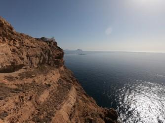 Faro del Albir - Faro del Albir - Vistas del faro desde desde el acantilado este de la Sierra Helada. Peñón de Ifach al fondo.