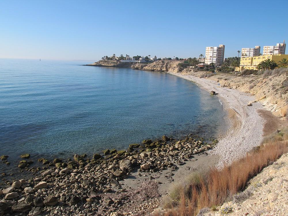 Playa del Amerador - Playa del Amerador - Vista panorámica mirando hacia el sur. Al fondo vemos el saliente que es una plataforma de roca que se llama la cala de la Cova del Llop Marí.