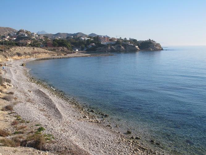 Playa del Amerador - Playa del Amerador - Vistas mirando hacia el norte. Cala de cantos rodados. Al fondo en el último saliente de roca, hay una cala pequeña que se llama Cala Nostra.