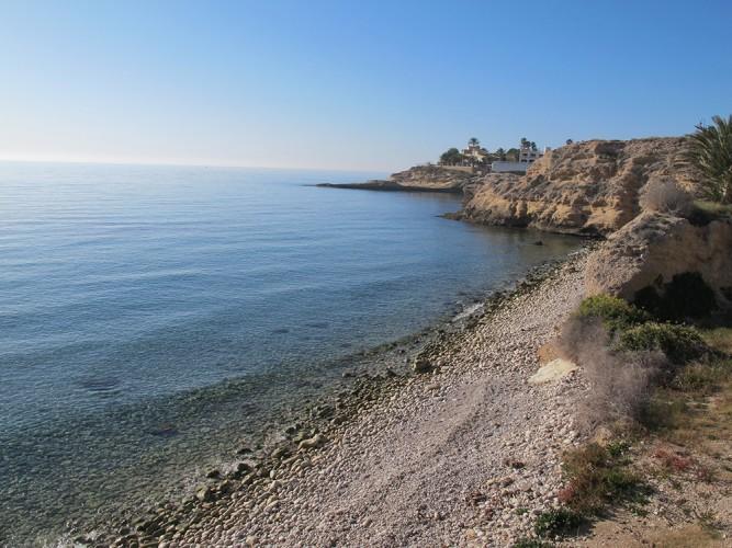 Playa del Amerador - Playa del Amerador - Zona más al sur de la cala. Se observa al fondo la plataforma de roca de la Cova del Llop Marí.