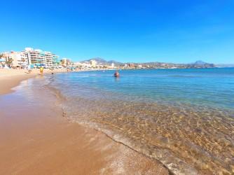 Playa Calle la Mar - Playa Calle la Mar - Detalle de la primera línea de playa con aguas cristalinas.