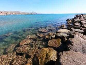 Playa Calle la Mar - Playa Calle la Mar - Detalle de uno de los espigones que protege del oleaje la playa. Zona ideal para hacer snorkel observando los peces que se refugian entre las rocas.