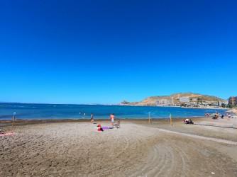 Playa de la Almadraba - Playa de la Almadraba - Vistas hacia el oeste, La Sierra Grossa y el Castillo de Santa Bárbara al fondo.
