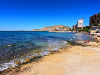 Playa de la Almadraba - Playa de la Almadraba - Zona central con plataforma de roca.