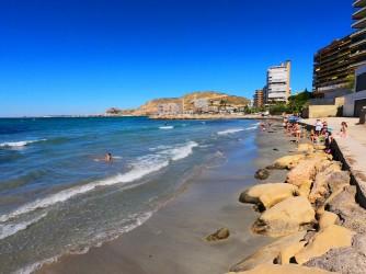 Playa de la Almadraba - Playa de la Almadraba - Zona central con arena y rocas.