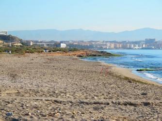 Playa canina Aigua Amarga - Playa canina Aigua Amarga - Vistas hacia el norte con la ciudad de Alicante al fondo.