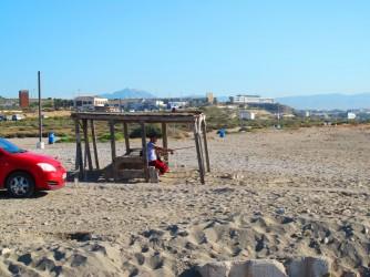 Playa canina Aigua Amarga - Playa canina Aigua Amarga - Construcción de madera con techo, mesa y asientos.