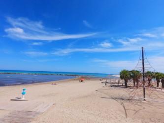 Playa del Cocó - Playa del Cocó - Panorámica de la playa con zona de juego para niños y palmeras.