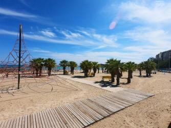 Playa del Cocó - Playa del Cocó - Zona de palmeras y juegos con pasarela de madera.