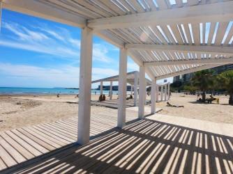 Playa del Cocó - Playa del Cocó - Zona con suelo de madera y techo para estar más protegidos del sol.