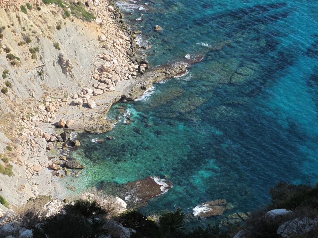 Cala del Penayl - Cala del Penayl - Vistes de la placa rocosa i grans roques que formen la Cala del Penyal. Fons rocosos i praderes de posidonia oceànica.