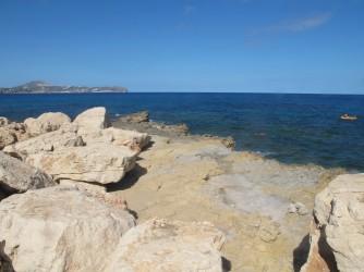 Crique Del Penyal - Crique Del Penyal - Zone de plaque rocheuse et qui forme la crique. Au fond, le Cap d'Or.