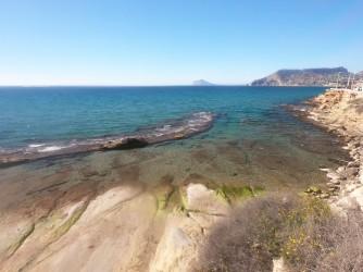 Cala el Cantal Roig - Cala el Cantal Roig - Panorámica de la zona rocosa del oeste. Hay como una pequeña península que protege del oleaje esta zona.