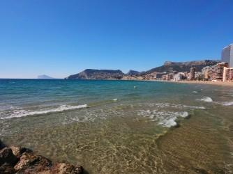 Playa Arenal - Bol - Playa Arenal - Bol - Vistas desde el espigón de las aguas cristalinas. De derecha a izquierda Sierra de Oltá, Bernia, Toix y Sierra Helada.